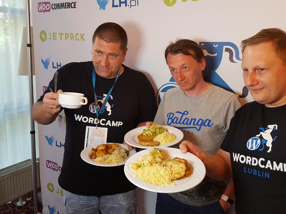 Na WordCampie można dobrze zjeść i zrobić zdjęcie na ściance
