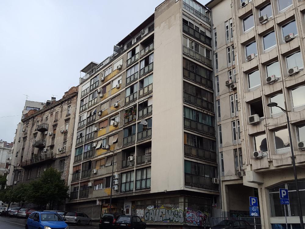Belgrad, stare bloki, a prawie wszystkie mają klimatyzatory