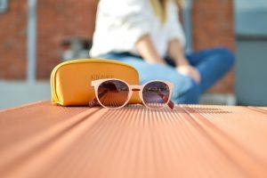 Okulary słoneczne, dżinsy, biała bluzka